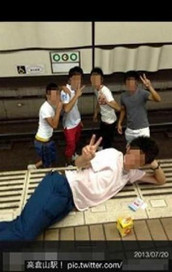 男生/原标题:日4男生跳入地铁轨道作V形手势拍照引众怒(图)
