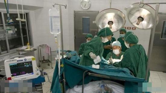 女人 男人/在手术室进行备皮
