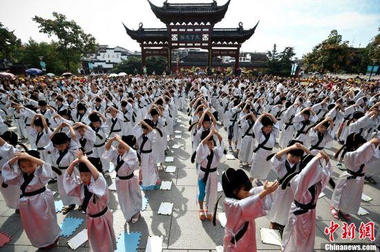 南京小学新生入学开笔破蒙 行礼诵读《论语》