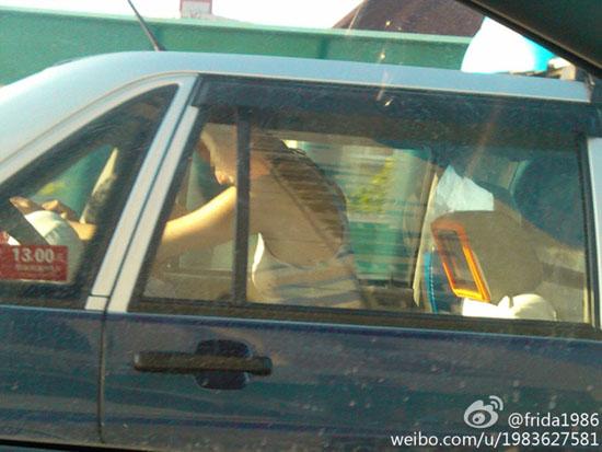一对乘客在出租车内激战玩车震 司机视若无睹