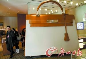爱马仕专卖店内放置着一只巨大的该品牌包包。图文无关 新华社发