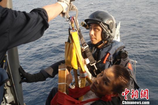 一渔民在珠海捕鱼作业被缆绳打伤直升机驰援相救