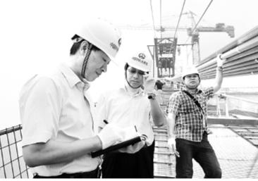 湖北日報傳媒集團總編輯蔡華東在鸚鵡洲長江大橋工地採訪。 湖北日報供圖
