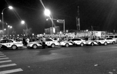 多辆警车封住路口。 微博截图