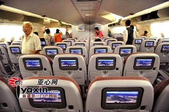 """图为""""巨无霸""""客机的经济舱大到像两节火车车厢一样能""""装"""",但它"""