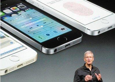 昨日,苹果公司首席执行官库克出席美国发布会,介绍最新产品iPhone 5s。图/CFP