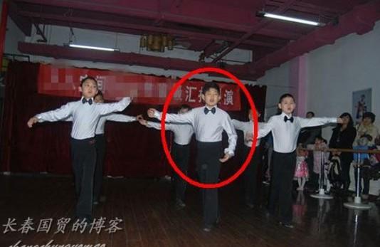朱军11岁儿子参加文艺表演舞台照。