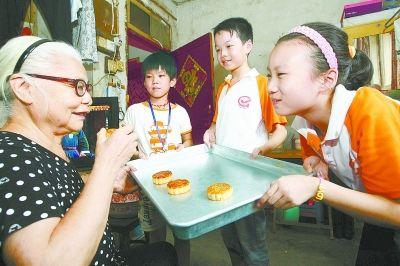 长沙市小学生将亲手制作的月饼送给社区孤寡老人品尝