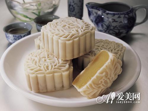中秋吃月饼的3个贴心小建议:-传统月饼VS新潮月饼 8种月饼口感大比