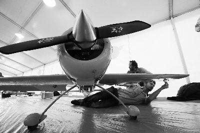参加航模飞行表演的有螺旋桨飞机