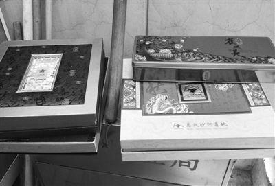昨日,裕民中路一小区传达室内放着几盒月饼。新京报记者 黄颖 摄