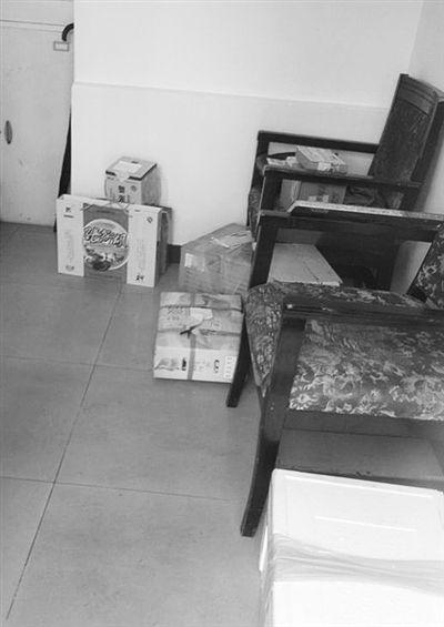 9月19日,东二环一小区的传达室放着5、6箱礼品,小区保安称,礼品量比以前过节时少。 新京报记者 卢漫 摄
