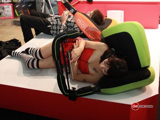 美女不顾走光露底 试用懒人专用游戏枕【2】-