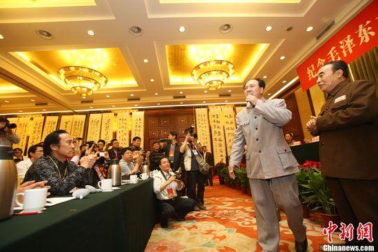 毛新宇出席毛泽东诞辰120周年书画展 现场作画