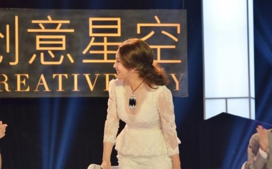 刘晓庆/图为23日,刘晓庆在微博晒出自己穿深V蕾丝透视装录央视节目的...