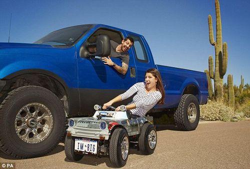 全球最小汽车诞生 可合法上路行驶