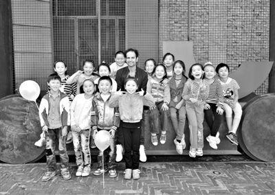 """提诺・赛格尔的作品不允许现场拍照或录像。图为他与招募的中国孩子""""引导员""""合照。 尤伦斯当代艺术中心供图"""