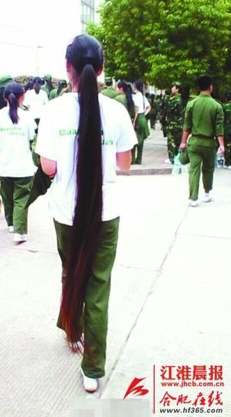 大一新生10年蓄发1.6米 头发及脚走红网络(图)