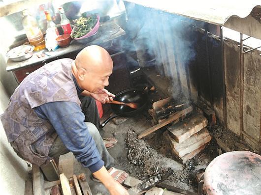 图文:隔壁男子阳台垒灶做饭 太婆紧盯准备著火