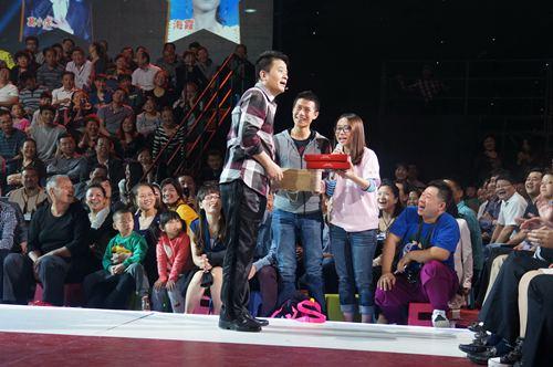 尹莲夫妇现场带来台湾喜饼