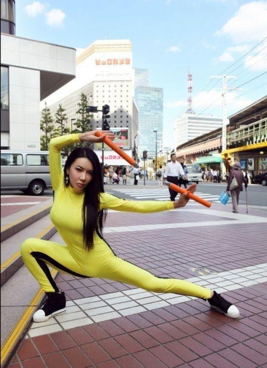 中国艳星日本街头舞双节棍致敬李小龙 曾强吻