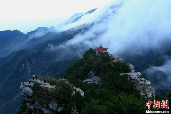 世界名山江西庐山风景区小天池出现壮观云雾