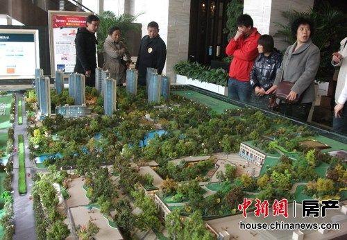 国庆假日期间各地楼市表现为冷热不均,相关机构统计数据显示,若扣除保障房,十一期间北京纯商品住宅的成交量为399套,比去年同期只微涨4.7%。