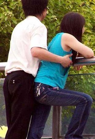 点校园旁若无人亲热的情侣(图片来自网络)-16岁女生为老师生子