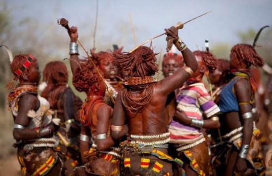 非洲部落女子被鞭打追求疤痕美
