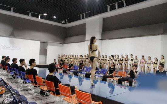 美女大学生穿比基尼上课 同班男生大呼好性福