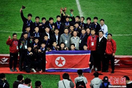 组图:东亚运朝鲜男足夺金 朝韩队员领奖台上握手