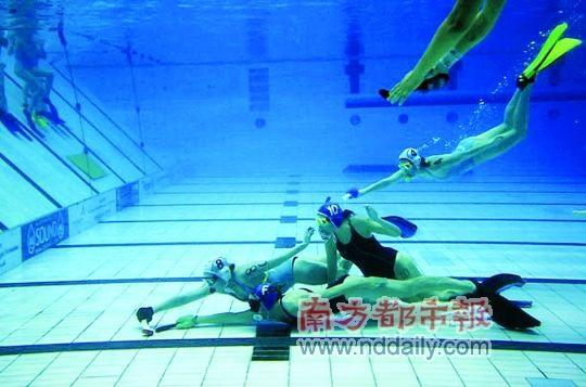 水中曲棍球的规则和地上曲棍球的完全一样,不同之处在于后...