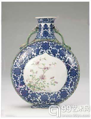 中国清代乾隆款识官窑暗花缠枝花卉纹描金开光抱月瓶