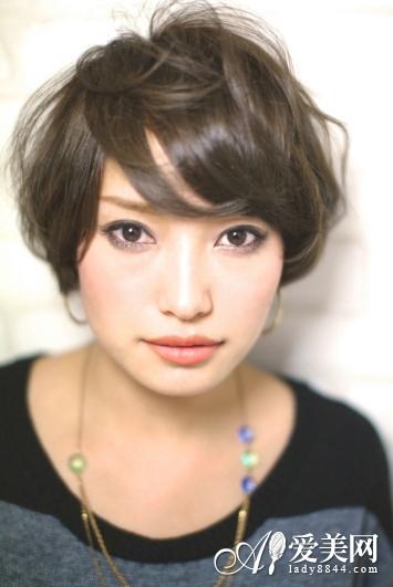 俏皮时尚女生短发 圆脸专属修颜发型
