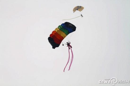 大会 视觉 飞行表演/七名女队员身穿仙女服饰,从高空一跃而下。