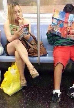 凤姐美国爆肥 坐地铁看最爱《故事会》
