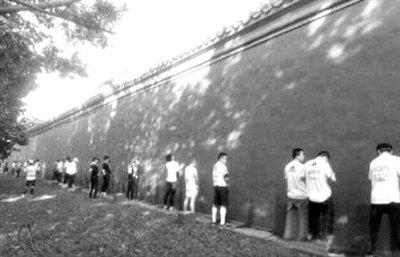 北京馬拉松選手集體就地小便 流動廁所少遭質疑