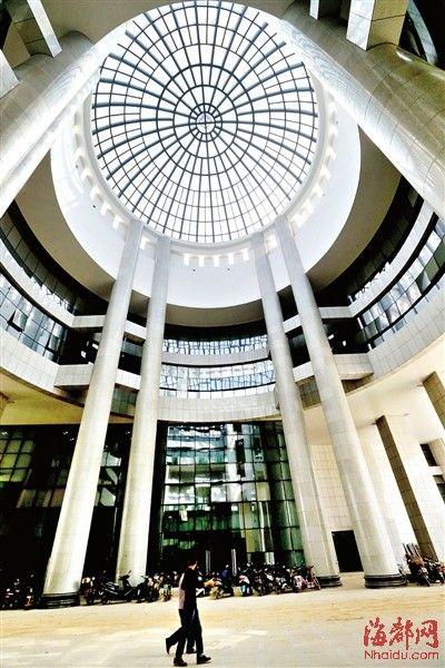 主建筑大厅圆形屋顶的内部