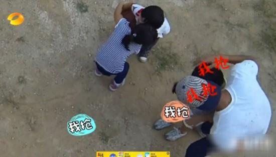 《爸爸去哪儿》花絮:李湘闺女打Kimi头 被训哭