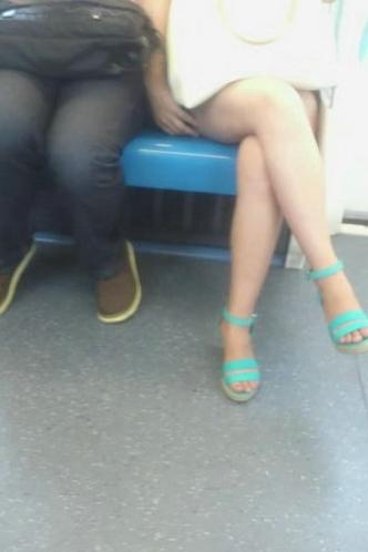 公交车豪放女行为盘点 当场刮腿毛让人无法直视