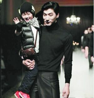 张亮5岁儿子张悦轩成长照 天天从小就有模特范