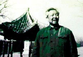 1975年,习仲勋在洛阳。(资料图)