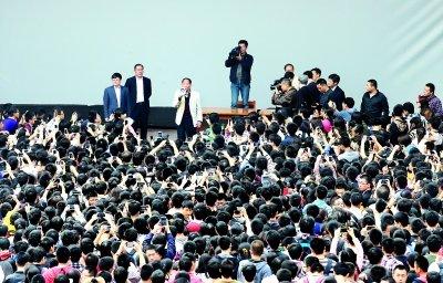 """本报讯(记者朱佳琦)短短五分钟,""""浓缩""""了""""杂交水稻之父""""、中国工程院院士袁隆平两个""""中国梦""""。昨天,袁隆平在武汉大学深深感受到了大学生们的热情。"""