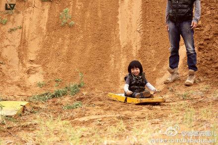 《爸爸去哪儿》第三期未曝光幕后图片:KIMI终于拿到奥特蛋沙漠埋相机 天天田雨橙亲密出游