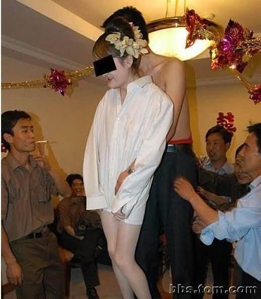娘事件16岁伴娘被扒衣摸胸 不堪入目的洞房现
