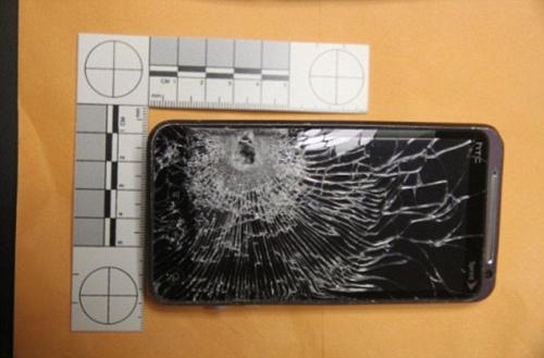 手机/图为被子弹击中的手机。