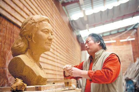 刘志伟的雕刻工作室就设在丁字湾,他正在为著名湘剧表演艺术家左大玢做一尊雕像。李锋 摄记者 田芳 通讯员 彭国良