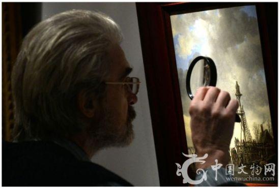 图为参观者在品鉴本次苏富比预展作品。图片来源:法新社 瓦西里·马克希莫夫。