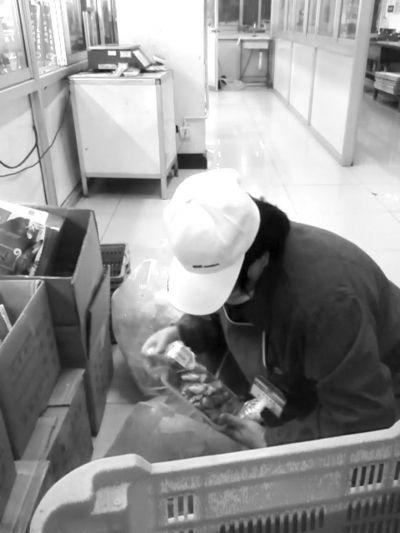 记者走访超市发 熟食被更换日期后重新回架