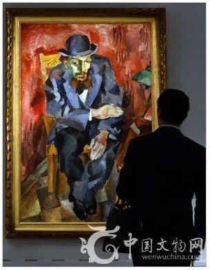 图为参观者在欣赏此次预展中所展出的由俄罗斯艺术家罗伯特·福尔克(RobertFalk)创作完成的作品《戴礼帽的人》(ManinaBowlerHat)。图片来源:法新社 瓦西里·马克希莫夫。